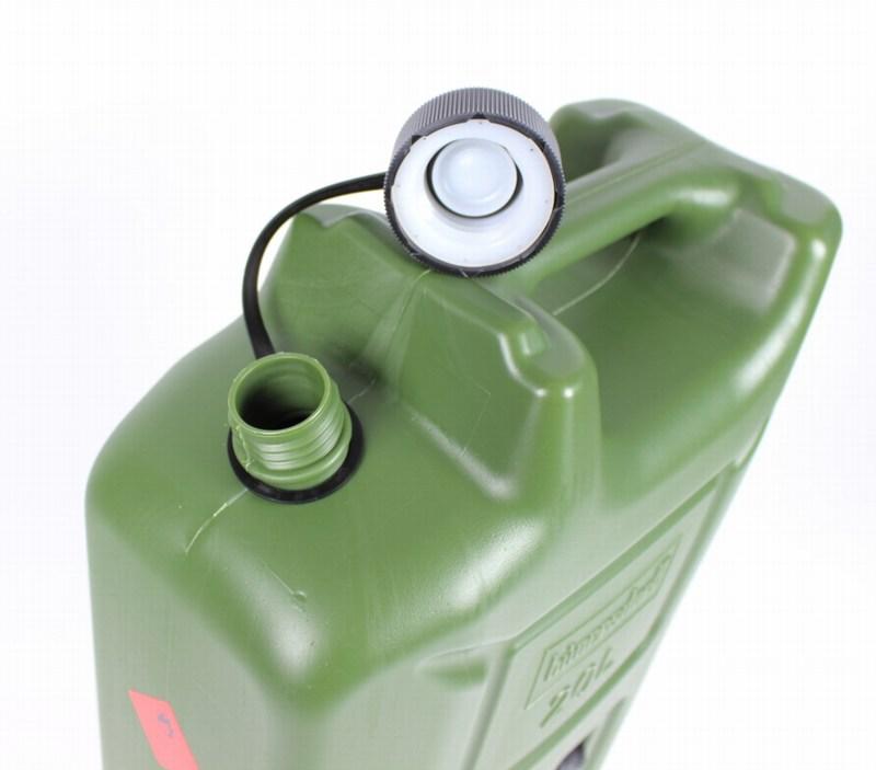 Añado la gasolina al motor